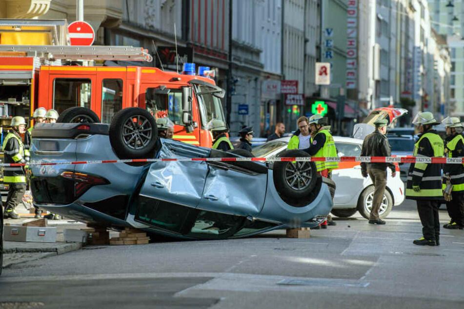 Der Renault überschlug sich auf der Kreuzung. Beide Insassen wurden schwer verletzt.