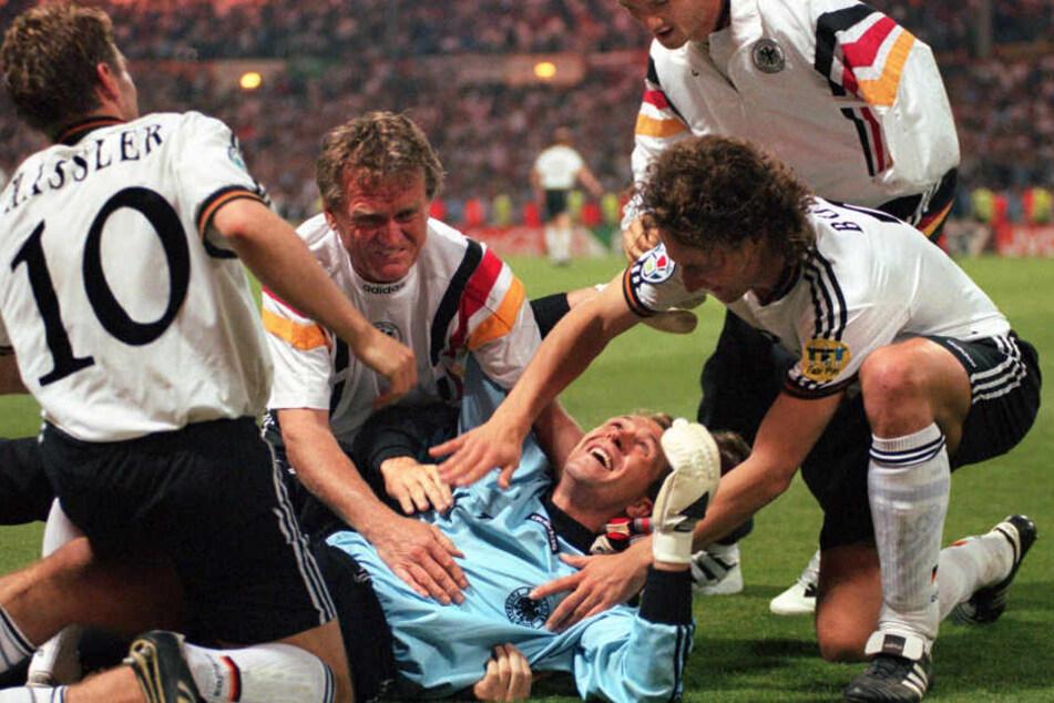Europameisterschaft 1996: Sepp Maier jubelt mit seinem Schützling Andreas Köpke nach dem 6:5-Sieg im Elfmeterschießen gegen England im Halbfinale.