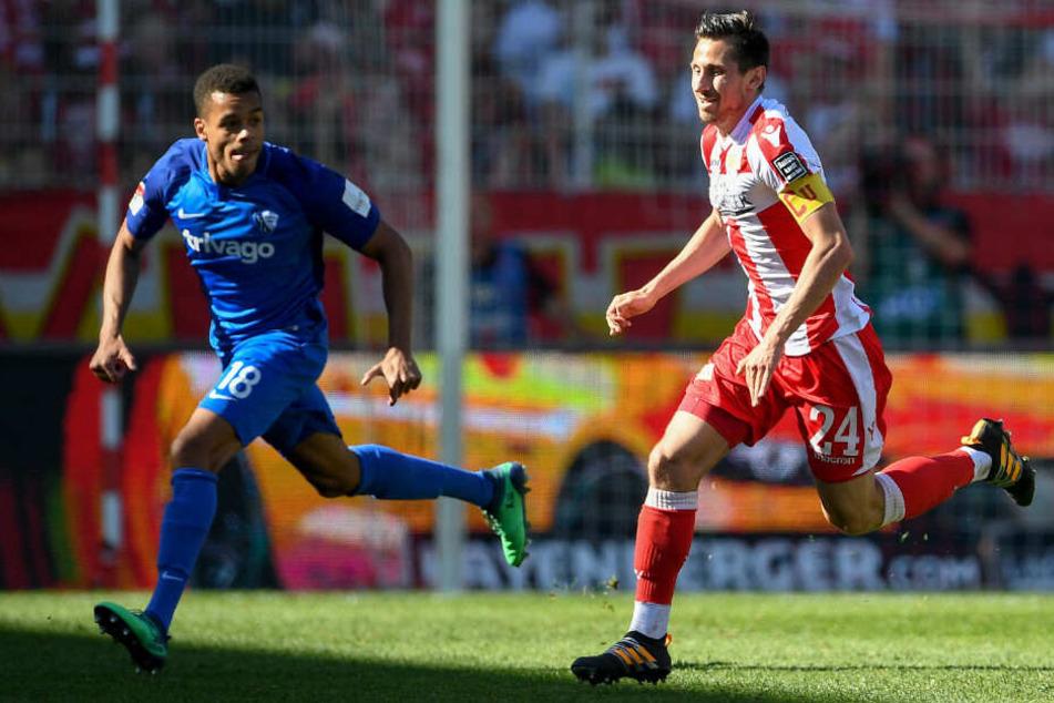 Bochums Jan Gyamerah (l) und Unions Steven Skrzybski kämpfen um den Ball.