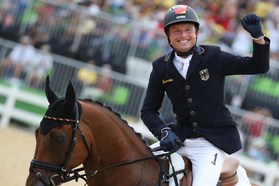 Vielseitigkeitsreiter Michael Jung jubelt auf seinem Pferd Sam nach dem Gewinn der Goldmedaille bei den Olympischen Spielen 2016 im brasilianischen Rio de Janeiro. Der dreimalige Vielseitigkeits-Olympiasieger hat sein Erfolgspferd Sam in den Ruhestand ver