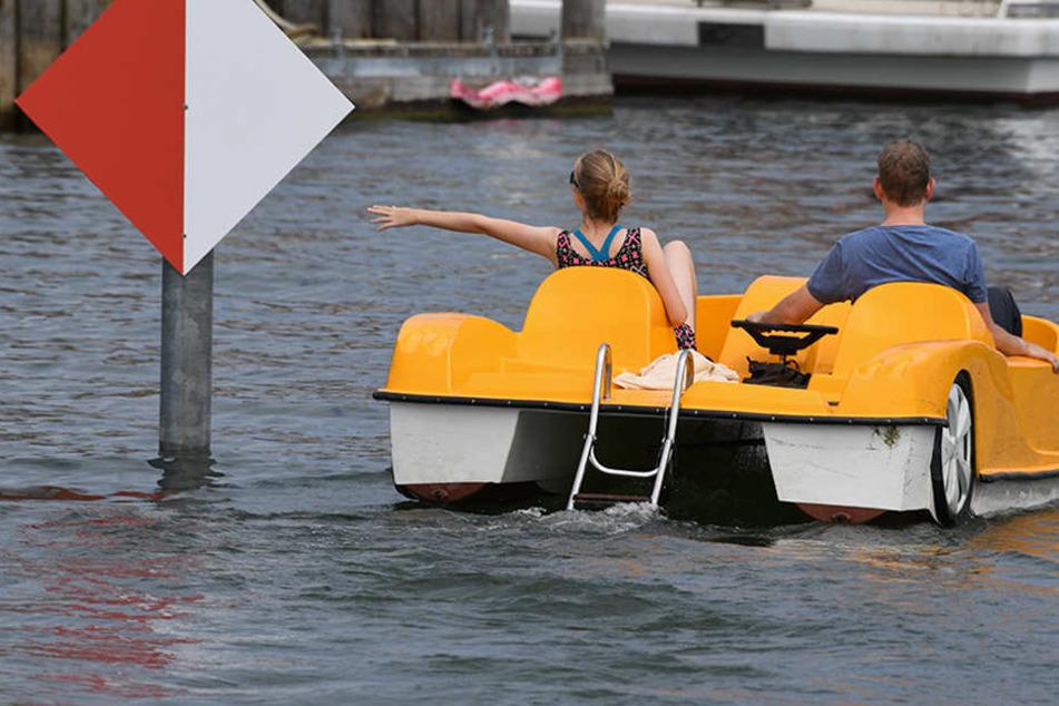 Einige Hundert Meter mussten die Beamten mit dem geliehen Tretboot zurücklegen. (Symbolbild)
