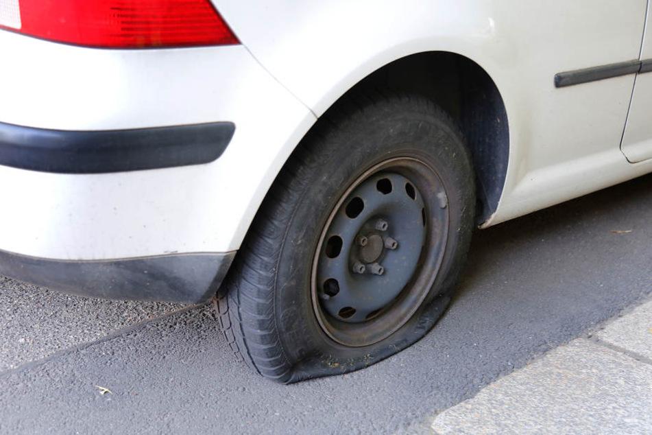 In der Nacht zu Mittwoch wurden wieder an 12 Autos die Reifen zerstochen. (Symbolbild)