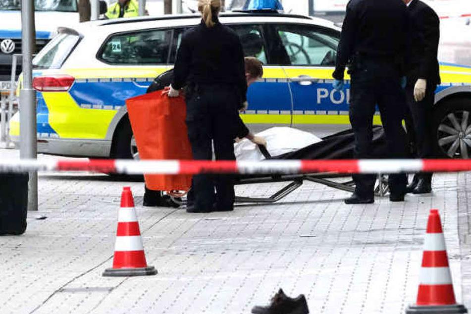 Ein 82-Jähriger starb, als ein Auto mit überhöhter Geschwindigkeit durch die Fußgängerzone fuhr.