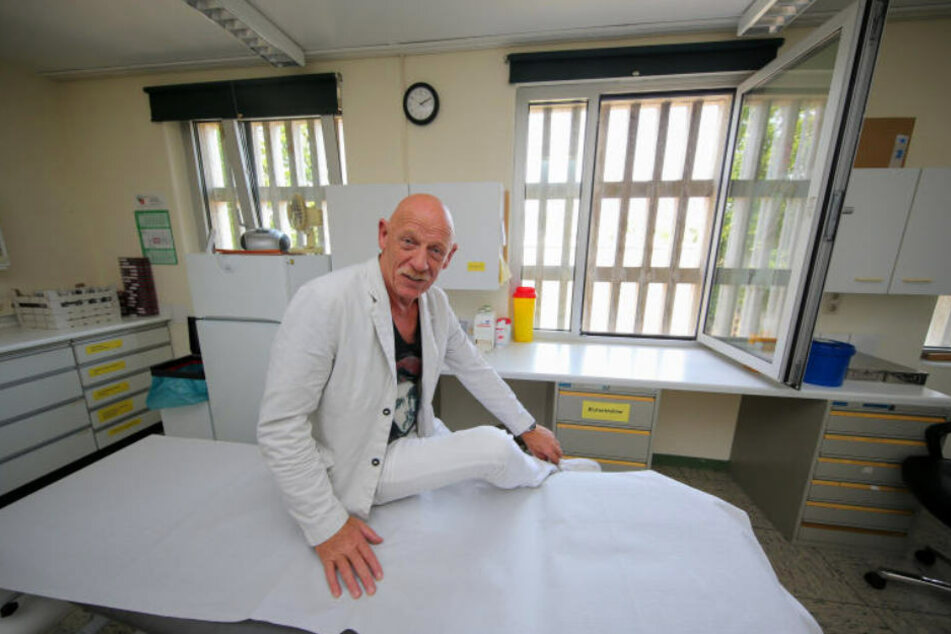 """Joe Bausch muss nicht erst die Fachbegriffe eines Mediziners lernen, wenn er vor der """"Tatort""""-Kamera steht."""