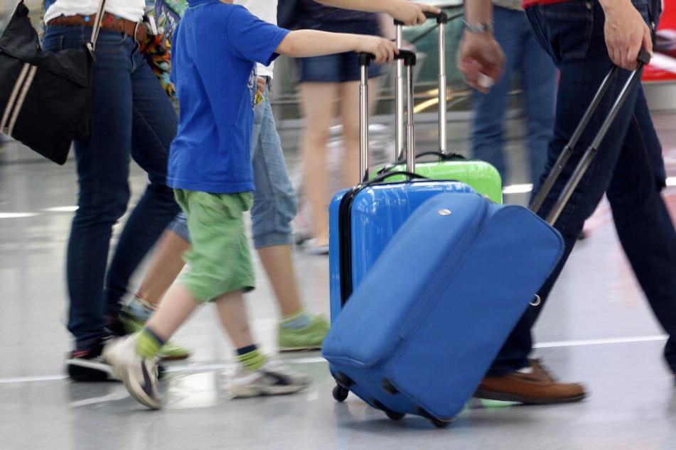Wer schon vor Ferienbeginn mit Kindern verreisen will, braucht die Erlaubnis der Schule. (Symbolbild)