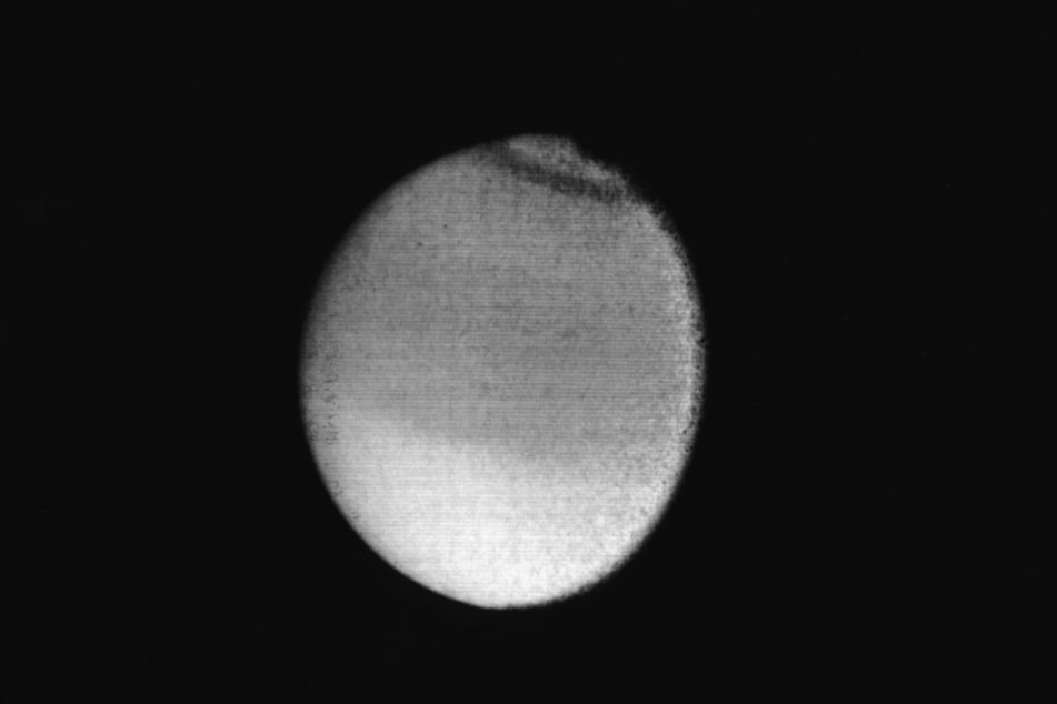 Der Saturnmond Titan. Er ist der größte und hellste Saturnmond und wurde 1655 von C. Huygens entdeckt.