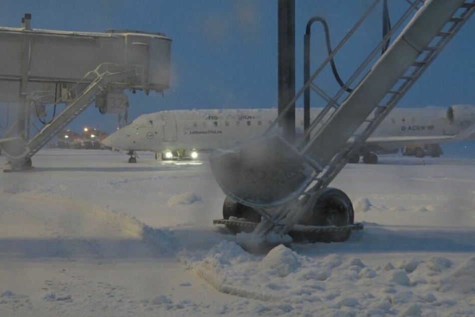 Verschneite Startbahnen, Flugausfälle: Auf dem Flughafen Dresden geht gar nichts mehr.