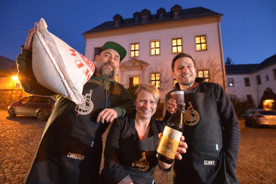 (v.l.) Christian Sack (41), Rebecca Schönherr (31) und Denny Helmer (39) setzen die Schneeberger Brautradition fort.