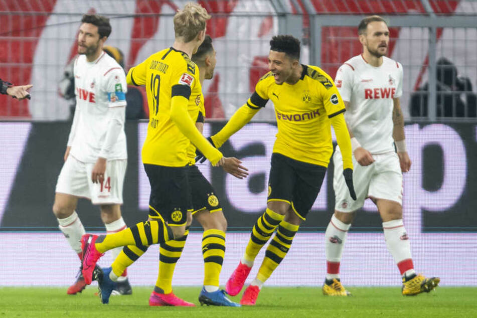Dortmunds Jadon Sancho (r.) jubelt mit Torschütze Raphael Guerreiro (Mitte) und Julian Brandt nach dem frühen 1:0.