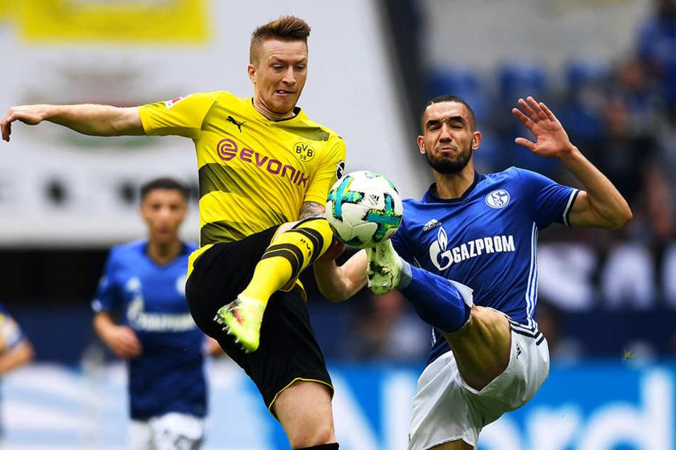 """Dieses Duell ging an den FC Schalke 04 und Nabil Bentaleb (r.): Das letzte Revierderby auf Schalke im April 2018 gewannen die """"Knappen"""" mit 2:0 gegen Marco Reus (l.) und den BVB."""