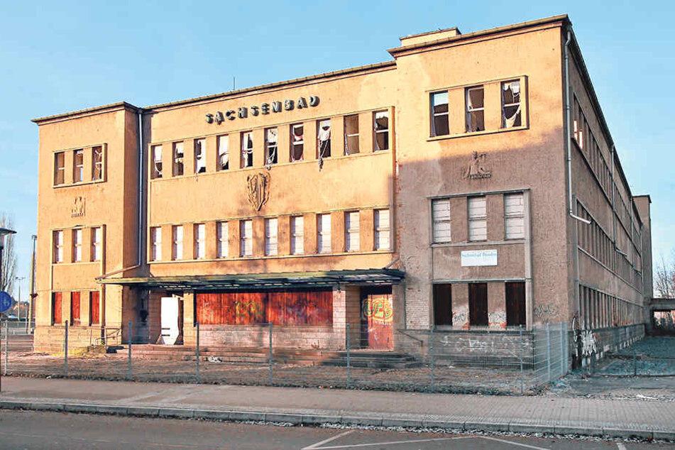 Dresdner Politiker streiten weiter, ob und durch wen das Sachsenbad saniert werden soll.