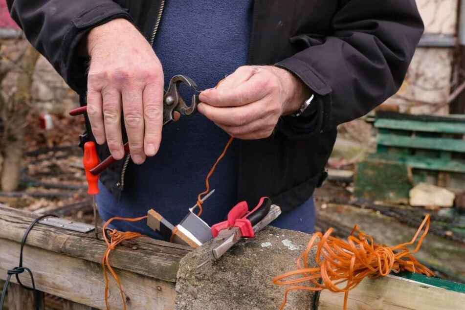 Viele Menschen wollten ihm helfen und brachten neue Kabel vorbei. Nun kann der Hobby-Bahner die Anlage reparieren.