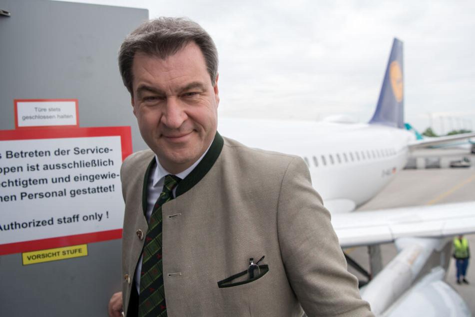 Markus Söder (CSU), Ministerpräsident von Bayern, steigt am Flughafen in ein Flugzeug ein.