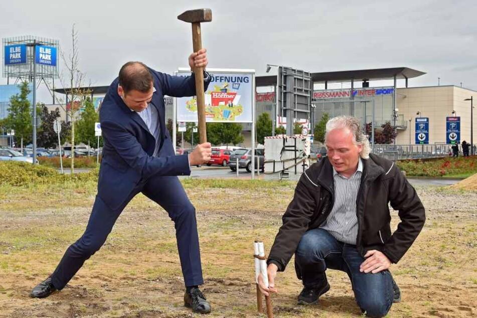 Elbe-Park-Manager Gordon Knabe (42, l.) schlägt mit André Sarrasani (44) den  ersten Zeltnagel ins Gelände.