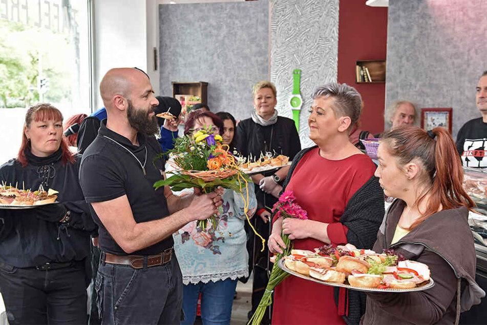 Großer Bahnhof für den neuen Tafel-Laden: Mitarbeiter überreichten Tafel-Chefin Karin Rauschenbach (52, im roten Kleid) zur Einweihung einen bunten Blumenstrauß.