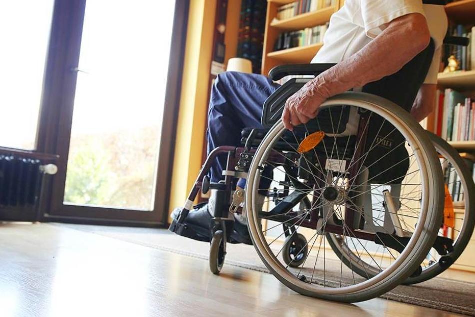 Mit seinem Rollstuhl wollte der 80-Jährige die Auffahrt der Autobahn auffahren und wurde von einem Autofahrer gestoppt. (Symbolbild)