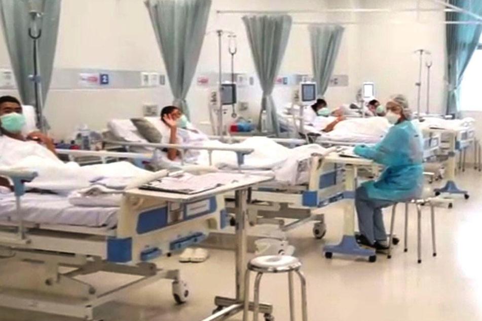 Bevor sie nach Hause dürfen, erholen sich die geretteten Jungs im Krankenhaus. Den Appell der Witwe werden sie sich gern hören.