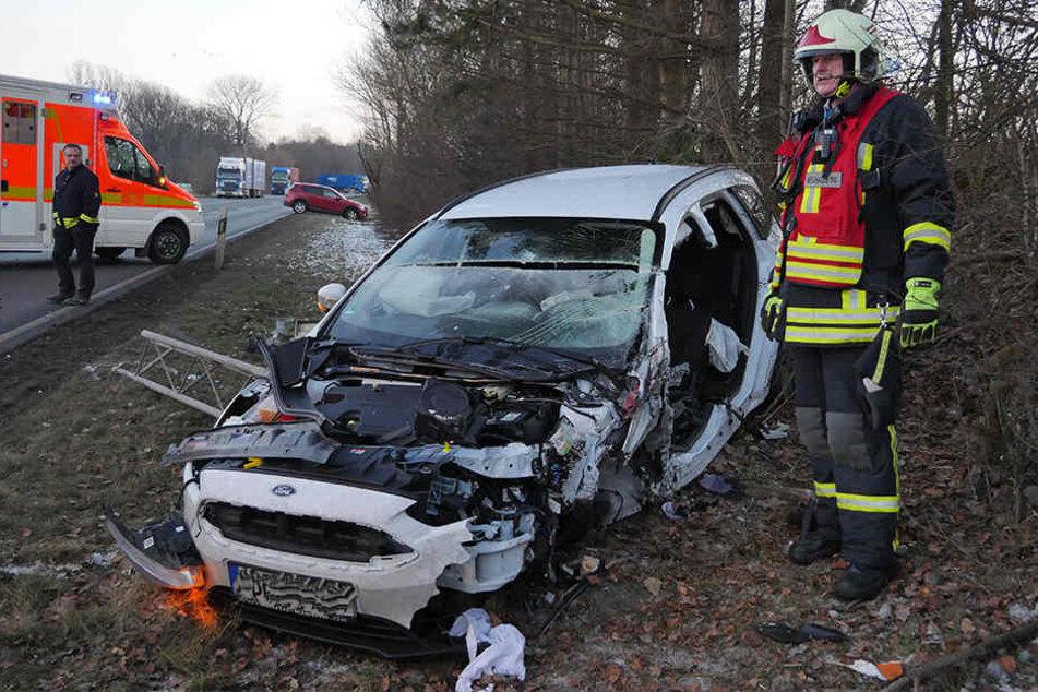 Der Ford Focus landete völlig zerstört im Graben.
