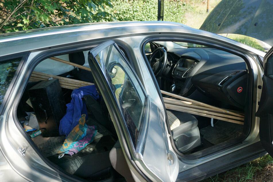 Auch der Ford wurde durch den Unfall stark beschädigt.
