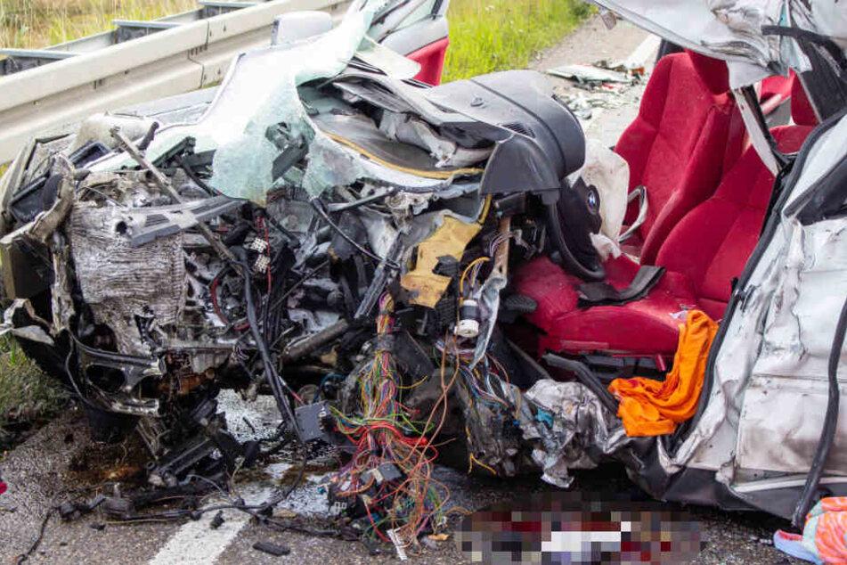 Für eine Autofahrerin kam nach einem schweren Verkehrsunfall jede Hilfe der Retter zu spät.
