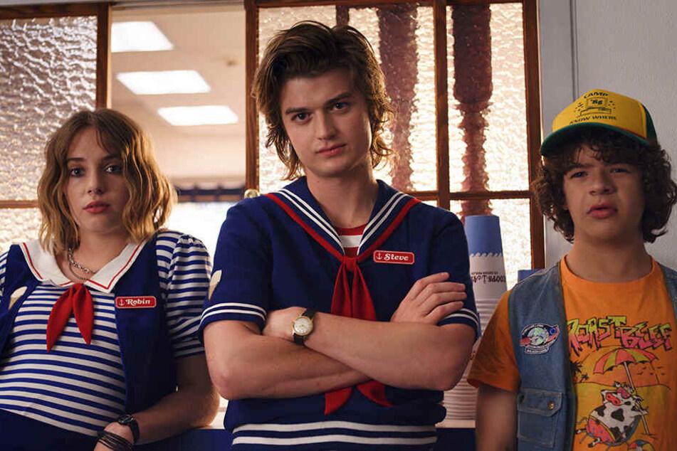 """v.li.: Maya Hawke (als Robin), Joe Keery (Steve) und Gaten Matarazzo (Dustin) in einer Szene der Netflix-Serie """"Stranger Things"""". Die dritte Staffel ist seit 4. Juli verfügbar."""