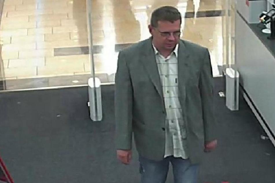 Die Polizei sucht diesen Mann wegen Ladendiebstahls.