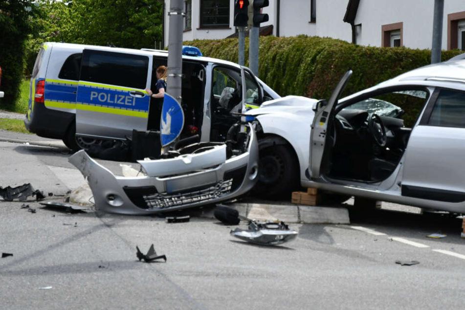 Der Streifenwagen war laut Aussagen eines Polizeisprechers im Einsatz und hatte seine Warnsignale eingeschaltet.