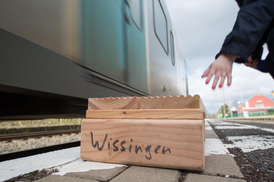 Über eine solche Holzkiste mussten die Fahrgäste ein- und aussteigen.