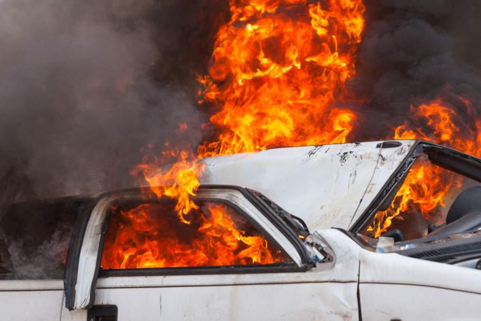 Der Ford brannte bei dem Unfall aus. (Symbolbild)