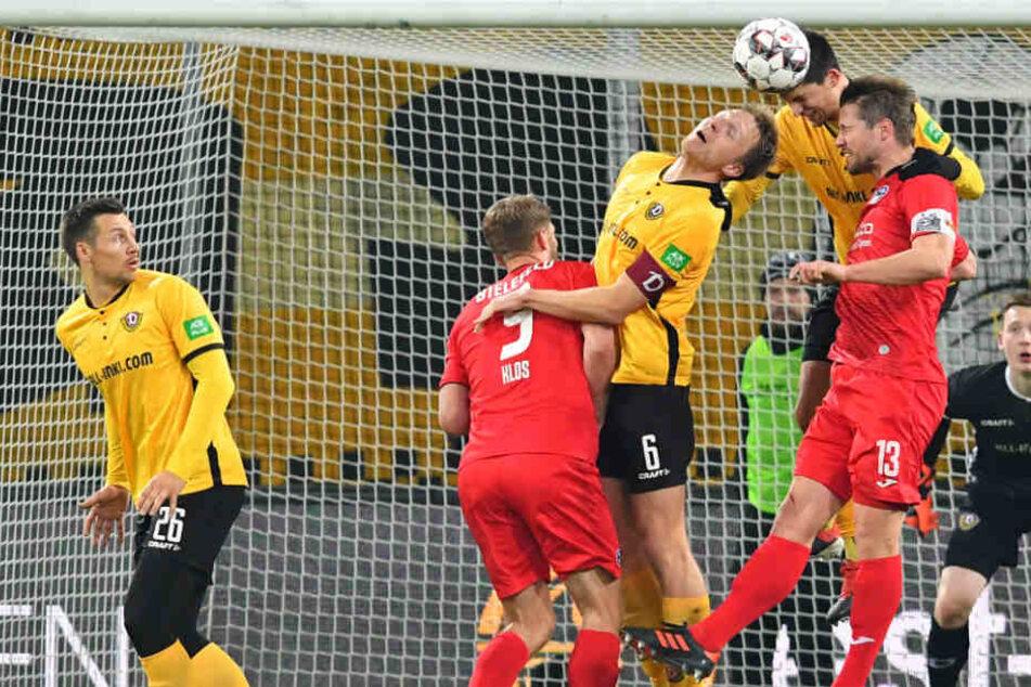 Sieht aus wie Abstiegskampf, ist es auch. Die Dresdner Marco Hartmann und Janniks Nikolaou im Kopfballduell mit Bielefelds Julian Börner (Nummer 13).
