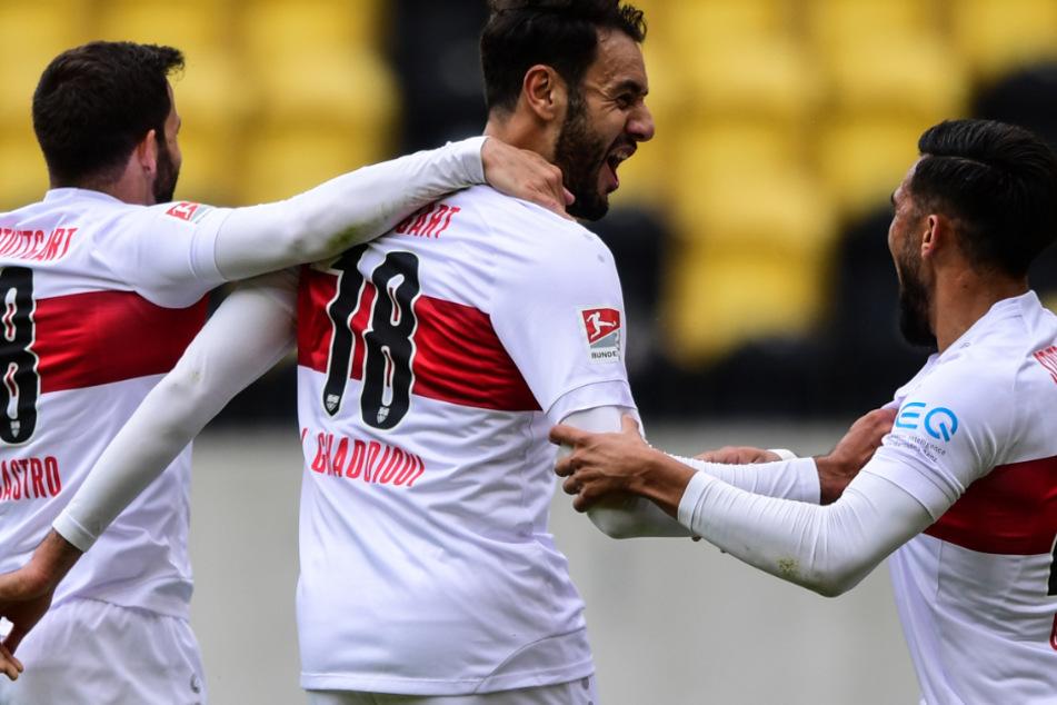 Hamadi Al Ghaddioui (M.) von Stuttgart bejubelt das erste Tor seiner Mannschaft mit Gonzalo Castro (l.) und Nicolas Gonzalez.