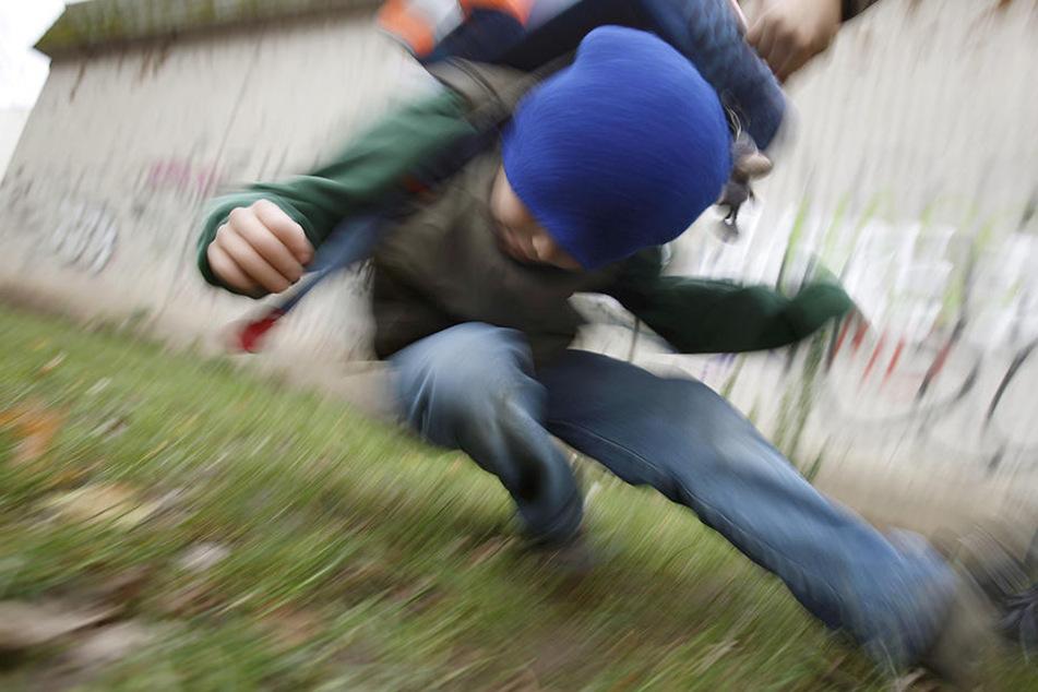 Weil er ihnen keine Zigaretten gab, gingen die unbekannten Täter auf den Jungen los. (Symbolbild)