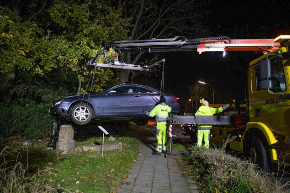 Das Auto wurde letztlich von einem Abschleppwagen geborgen.