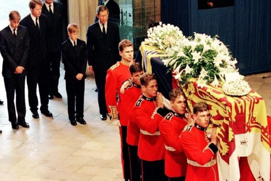 William (ganz links) und der kleine Harry (2. v.r.) mussten damals durch London hinter dem Sarg ihrer Mama herlaufen, bis in die Kirche.