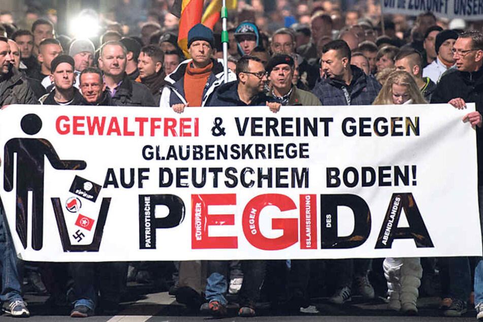 """PEGIDA """"spaziert"""" seit 2014 in Dresden - und sät Hass, so Schollbach."""