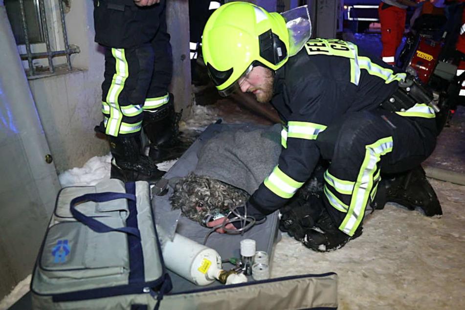 Die Feuerwehr versorgte kleinen Mischling nach dem Brand.