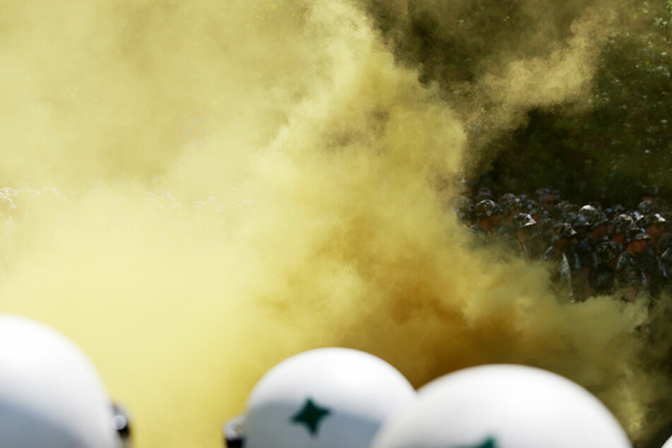 Beim Fan-Marsch zum Stadion zündeten Dynamo-Anhänger Pyrotechnik. Mehrere Polizisten erlitten Knall-Traumata.