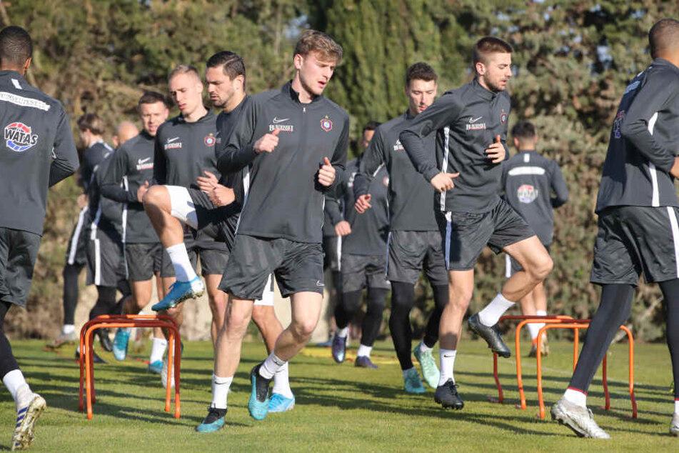 Training in der Sonne: Die Jungs von Aue-Coach Dirk Schuster bereiten sich auf das Testspiel am Freitag vor,