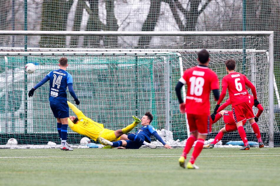 Tor für Meuselwitz: Ex-CFC-Spieler Alexander Dartsch (r., verdeckt) trifft in der 64. Minute zum 0:2 gegen Torhüter Isa Dogan.