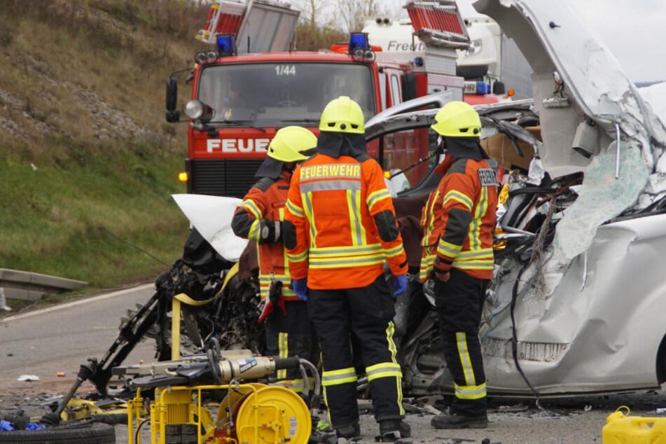 Tödlicher Unfall: Kleinbus mit Kindern und Jugendlichen prallt frontal in Lkw