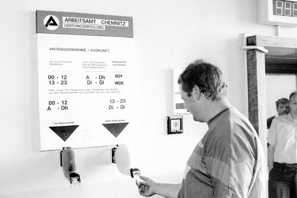 Eine Erfahrung, welche die Sachsen aus der DDR-Zeit nicht kannten: Besuch auf dem Arbeitsamt, zur Nummer reduziert.