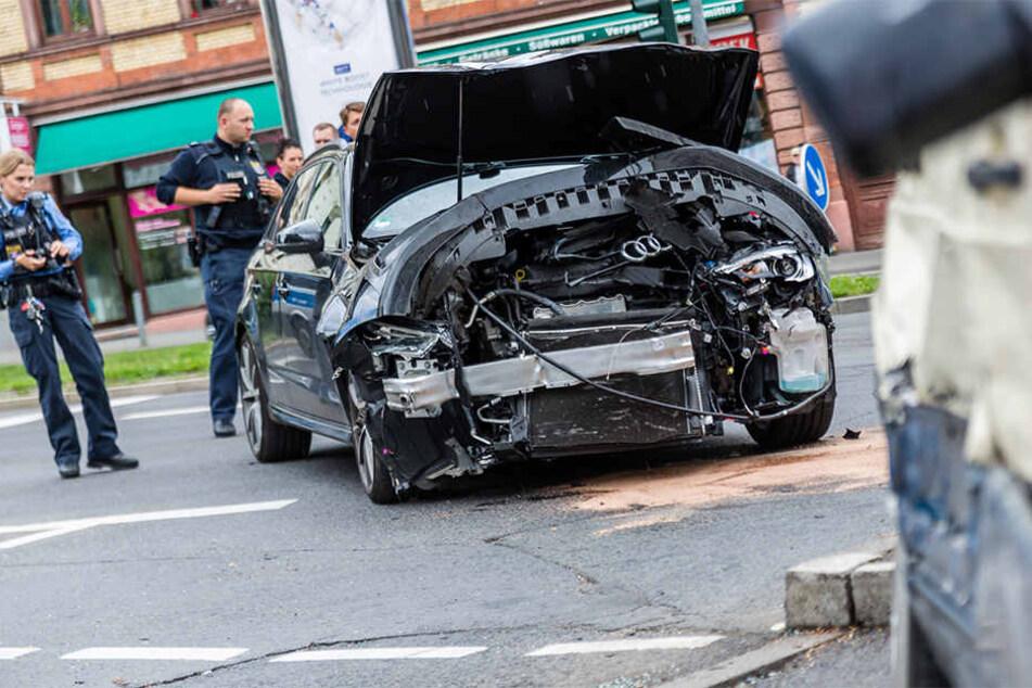 Zu hohe Geschwindigkeit und ein übersehenes Rotlicht sind vermutlich die Unfallursachen.