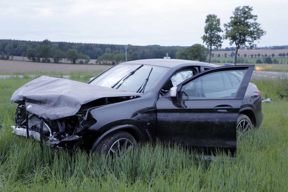 Der BMW kam von der Straße ab und landete nach dem Unfall auf einem Feld.