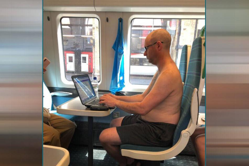 Der Mann zog sein blaues Shirt aus und hängte es zum Trocknen auf.