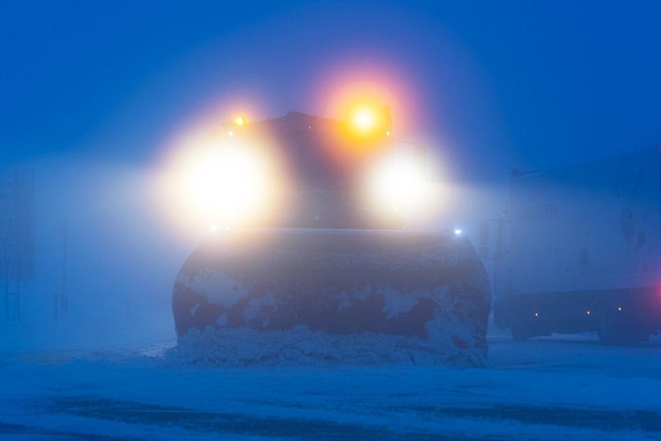 Ein Schneeräumfahrzeug kämpft gegen die Schneemassen in Baden-Württemberg an.