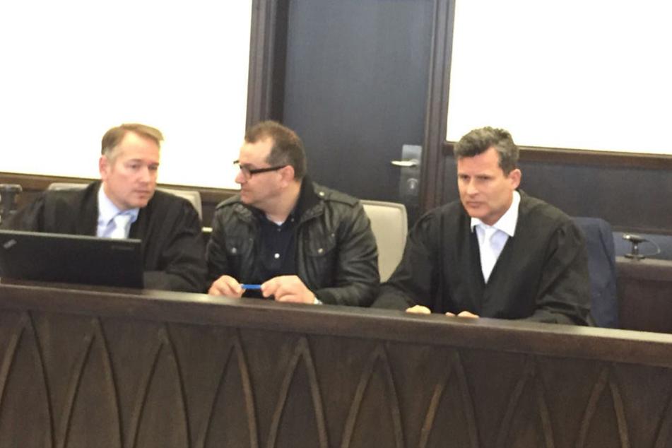 Wilfried W. sitzt zwischen seinen Anwälten Carsten Ernst (li.) und Detlev Binder (re.).