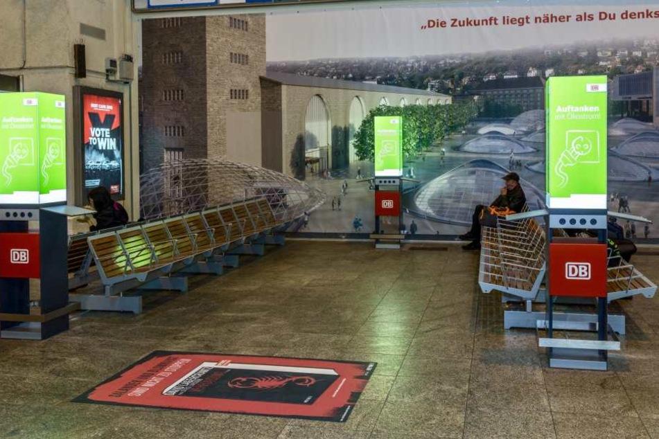 Gleich drei grüne Ladesäulen mit acht Steckdosen stehen Reisenden zu Verfügung, um grünen Strom zu laden.