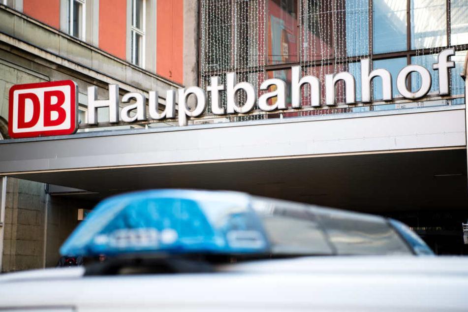 Ein Fahrzeug der Bundespolizei steht vor einem Eingang zum Hauptbahnhof.