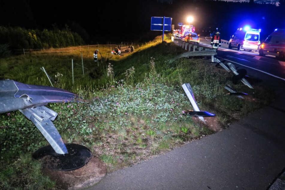 Der BMW durchbrach die Leitplanke und landete an einem Abhang.
