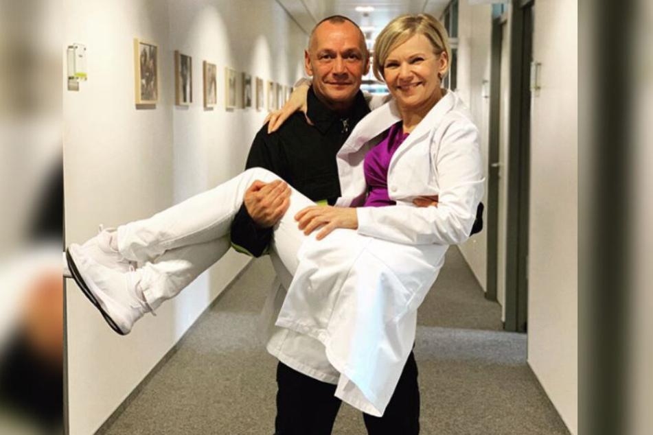 """Die """"In aller Freundschaft""""-Schauspielerin wird von ihrem ehemaligen Studienkollegen Torsten Michaelis auf Händen durch die Sachsenklinik getragen."""